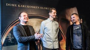 Närbild på Dome Karukoski, klipparen Harri Ylönen och regiassistenten Antti Lahtinen.