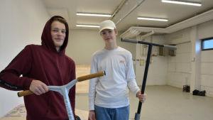 Kimi Futtari och Erik Kinnunen med sina sparkcyklar i nya streethallen i Pargas.