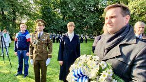 Estlands president Kersti Kaljulaid i mitten, Vladimir Svet från Tallinns stad i förgrunden och Sveriges ambassadör Mikael Eriksson längst till höger.