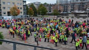 Motionsvenemanget Hela Åbo motionerar samlade dagisbarn på Varvstorget.