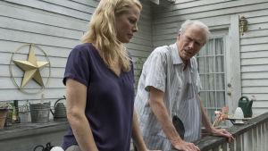 Earl i samspråk med dottern Iris på verandan.