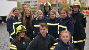 Unga frivilliga brandkårister från Malax poserar på Vasa torg.