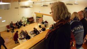 Publiken tittar ner på Fullmäktige.