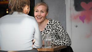 Emma Kimiläinen på lunch med Oona Tolppanen.