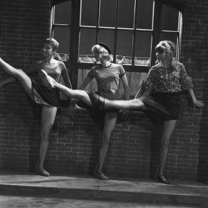 Kolme lyhythameista tanssijaa oikeat sääret kohotettuina Iskelmäkarusellissa 1963.