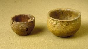 Exempel på föremål kopplade till stridsyxekulturen även om det inte är just dessa som analyserats. Den vänstra skålen har hittats i Hyvinge den högra i Närpes.