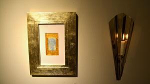 Konstverk hänger på en vägg