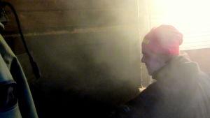 man röker skinka