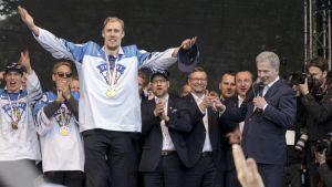 Guldlaget i ishockey-VM 2019 samt Sauli Niinistö på scen i Kajsaniemi.