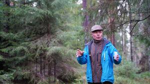 Carl-Johan Jansson undervisar i skogen.