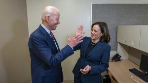 "Joe Biden och Kamala Harris gör ""high five"""