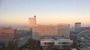 Gryning över staden Katowice i stenkolsbältet i södra Polen en disig morgon.