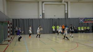 Matchbild från cupmatchen mellan RBK och GFT i Ekenäs bollhall.