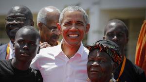 Barack Obama besöker sin fars hemby Kogelo i Kenya i juli 2018. Här med sin 96-åriga styvfarmor Sarah Onyango Obama.