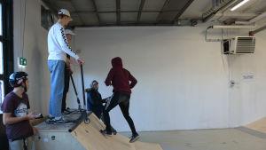 Några pojkar står uppe på en ramp i streethallen i Pargas.