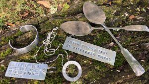Olika föremål i metall med stämplad text
