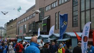 Valgata i Åbo med flera människor och partier på bilden.