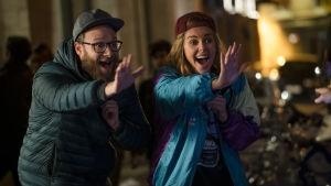 Fred (Seth Rogen) och Charlotte (Charlize Theron) spexar på gatan.