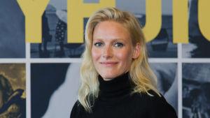 Närbild på skådespelaren Laura Birn framför filmplanschen till Tyhjiö.
