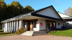 Kommunkansliet i geta, en vit stenbyggnad med svart tak.