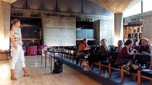 Malin Gustavsson föreläser för museipersonal.
