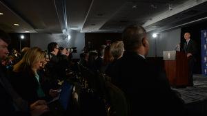 NBA-chefen Adam Silver håller en presskonferens om utredningen kring Sterling