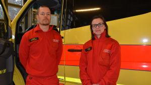 Dick Söderholm och Lilian Sjöberg är på sitt första arbetspass för ambulansen vid Västra Nylands räddningsverk.