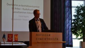 Stadsdirektör Patrik Nygrén talar under Pargas stadsfullmäktigemöte.