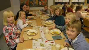 Tredjeklassare i Höjdens skola äter köttsoppa