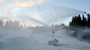 Snökanoner jobbar i slalombacke