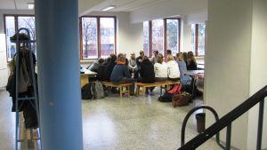 luokka koolla aulassa
