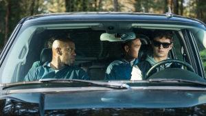 Bats (Jamie Foxx) och Baby (Ansel Elgort) sitter tillsammans i en bil.