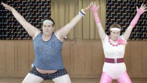 Maria (Marina Nyström) och Janne (Victor von Schirach) uppträder med aerobics.