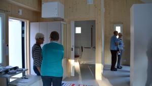 Ett rum med träväggar i ett nybyggt hus.