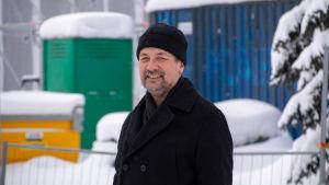 Ulf Blomberg vid skolbygget i Lovisa.
