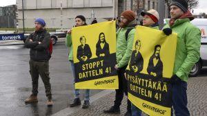 Miljöaktivister demonstrerar under statsminister Sanna Marins besök i Berlin.