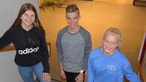 Fanny Wilhelms, Benjamin Olli och Julia Loo från årskurs 8 i Korsholm. Här i en trappa i Korsholms högstadium.