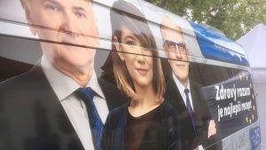 En kampanjbuss med bilder på det slovakiska partiet Frihet och Solidaritets tre främsta kandidater i EU-valet. Alojz Baránik längst bort trots att han är nummer två på listan.