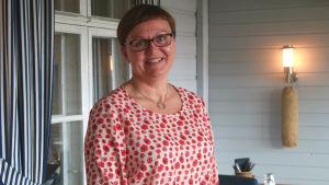 Anneli Pahta i rödprickig blus.