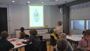 Författaren och illustratören Stina Wirsén föreläser för barn i ett klassrum på Kimitoön.
