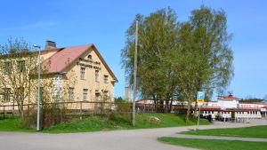 Paraisten lukio, i bakgrunden Pargas svenska gymnasium.