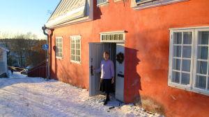 Ulla-Lena Lundberg vid diktarhemmet i Borgå.