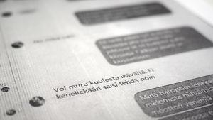 """Ett svartvitt papper som visar en Facebook-chatt där en bedragare kallat sitt offer för """"muru"""", det vill säga """"gulle"""" på svenska."""