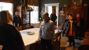 Besökare inne i Stensböle gård.