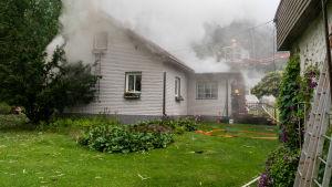 Brandhärjat hus efter blixtnedslag.