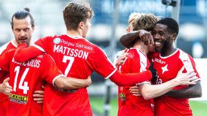 HIFK firar efter ett mål.