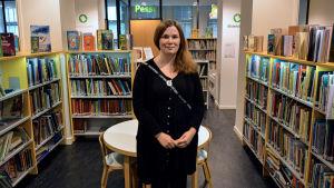 Tanja Fagerholm vid barnavdelningen vid Vasa stadsbibliotek.
