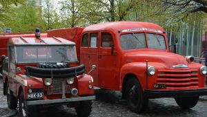 Gamla brandbilar står uppställda på Vasa torg.