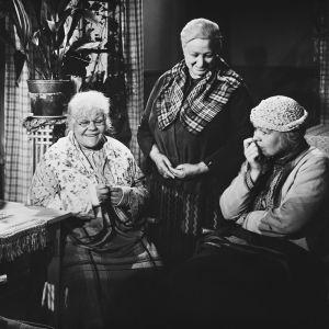 Näyttelijät Elna Hellman, Rakel Laakso ja Elsa Turakainen Opri-elokuvassa vuonna 1954.