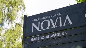 """en mörkgrå skylt med texten """"NOVIA""""."""